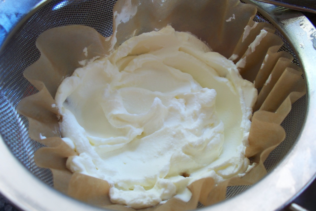 straining-yogurt