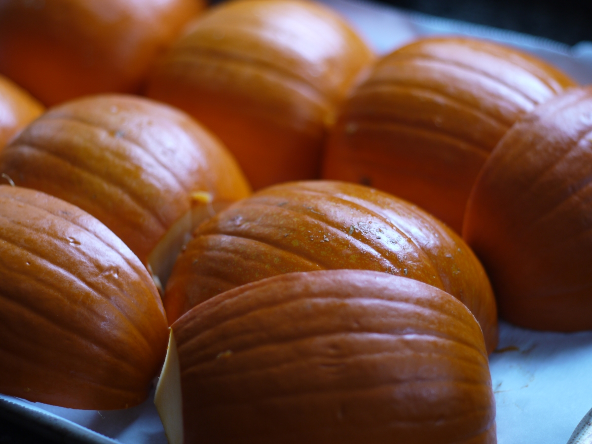 cut pie pumpkin for roasting
